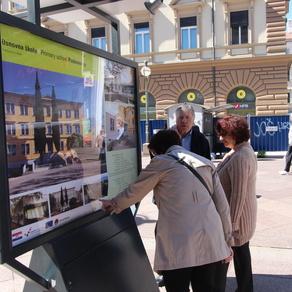 """Na postamentima na Korzu otvorena je izložba fotografija pod nazivom """"Rijeka misli zeleno"""", kojom se predstavlja energetska obnovu objekata javne namjene sufinancirane bespovratnim sredstvima EU."""