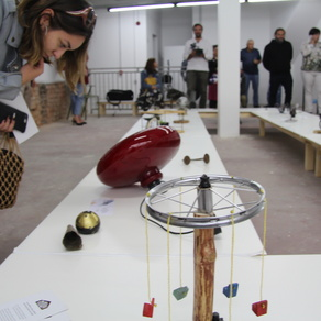 """Na izložbi """"Odbačeni"""" koja se održala od 11. do 13. listopada u prizemlju RiHuba i nedavno otvorenom prostoru RiUse, posjetitelji su mogli vidjeti preko trideset predmeta koji su nekoć bili metalni, elektronički i drveni otpad, ali su kroz suradnju pripadnika romske zajednice i neromskih umjetnika i dizajnera prenamijenjeni i postali – umjetnost. / Foto: Rijeka 2020"""