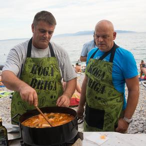 Udruga Koga briga drugi je put ispred beach bara Morski prasac okupila veliko i šaroliko društvo u humanitarnom natjecanju u pripremi brudeta.