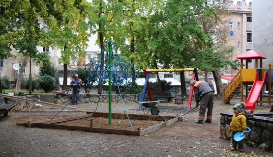 Danas je u parku na Školjiću počela akcija farbanje klupa koju s ciljem uređenja parka organizira građanska inicijativa Kvart za 5 uz sudjelovanje volontera, susjeda iz kvarta, djece iz OŠ Nikola Tesla i štićenika Udruge Oaza. Radno otvorenje parka s novim spravama za dječje igralište i dotjeranim klupama bit će u petak, 23. studenog 2018., na što pozvani svi stanari Školjića.