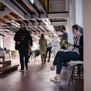 Mjesto susreta, razmjene i zajedničkog djelovanja u srcu grada – novootvoreni RiHub nudi besplatan coworking prostor do kraja godine! Svi nezavisni djelatnici u kulturnim, kreativnim i ostalim industrijama koji žive ili privremeno borave u Rijeci, a nemaju jedinstveno mjesto za rad, imaju priliku koristiti prvi ovakav coworking prostor u gradu.