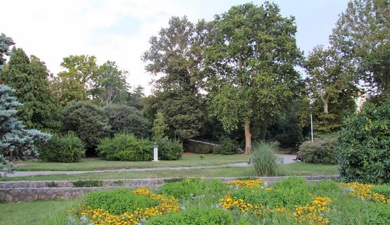 Za sve koji žele pobjeći od stresa i prošetati na svježem zraku gradski parkovi su za to idealno mjesto. Rijeka ima 16 parkova, a nedaleko od samog centra uređuje se i jedan novi. Za njihovo građevinsko i hortikulturno održavanje brine Komunalno društvo Čistoća.