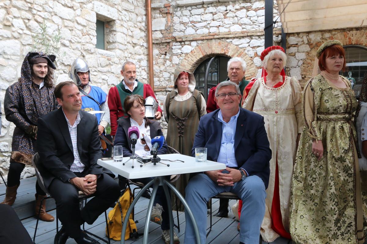 Petar Škarpa, Doris Oštrić i Vojko Obersnel s predstavnicima Kluba prijatelja Grada Trsata