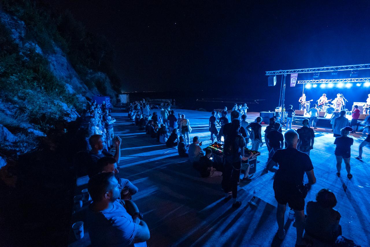 Epeduja punk festival na plaži na Biviju