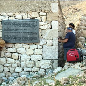 Postavljanje tabli na Golom otoku