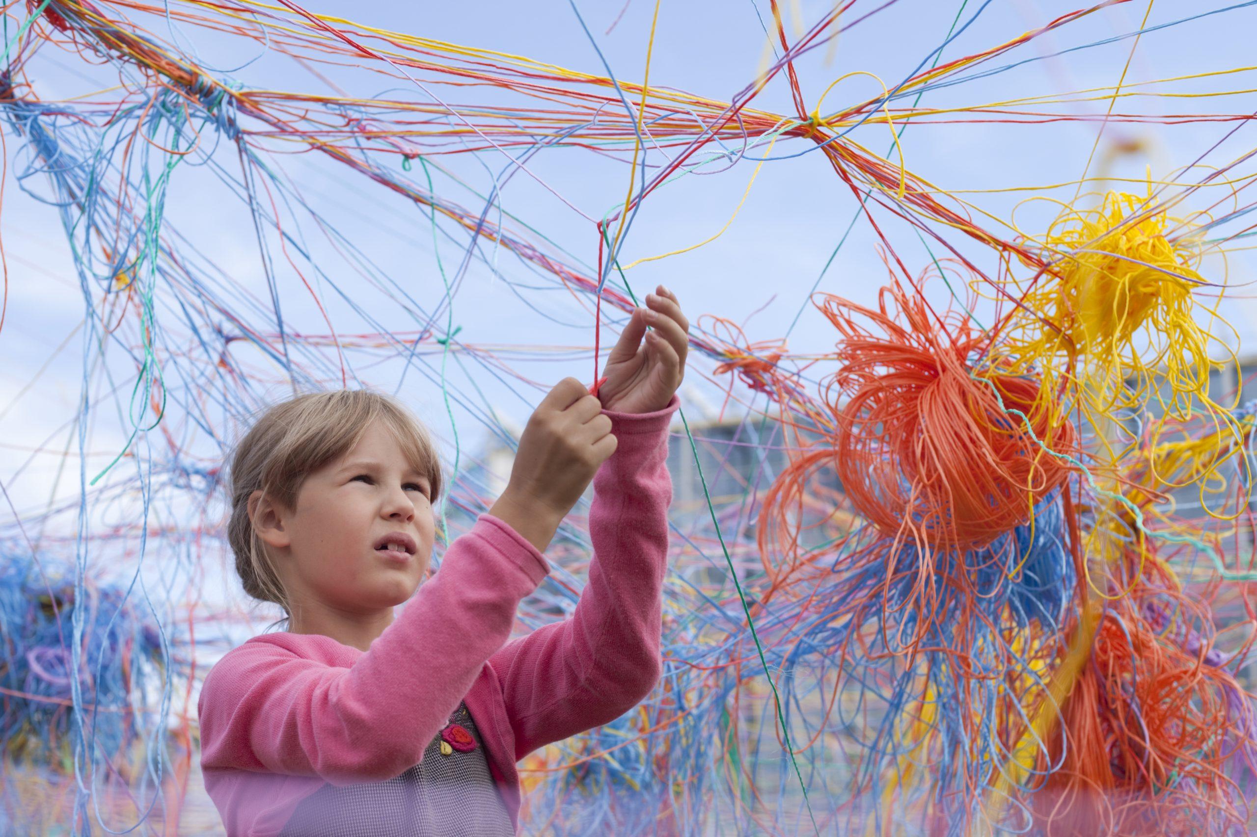 Collective Strings instalacija stvarat će se dan po dan, uz pomoć kilometara šarenih niti