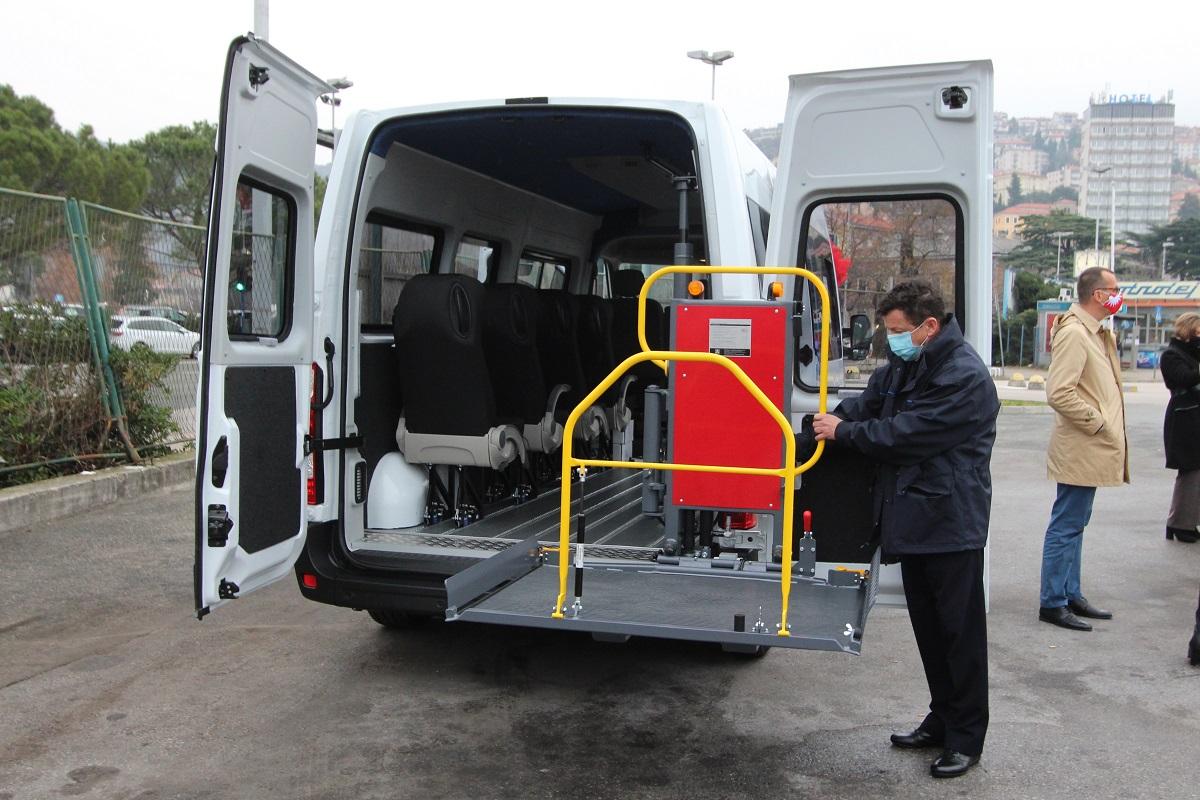 Kombi vozilo može prevoziti osam osoba, od čega istovremeno četiri osobe u kolicima