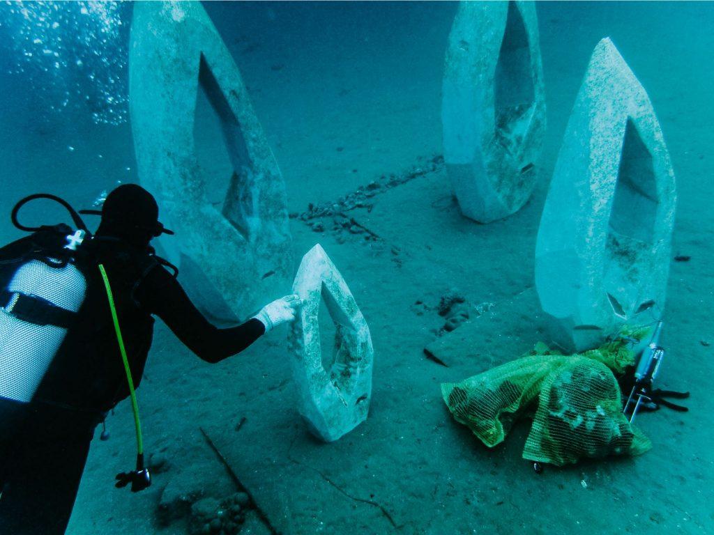 Postavljanje podvodne instalacije Lautus autorice Nike Laginje
