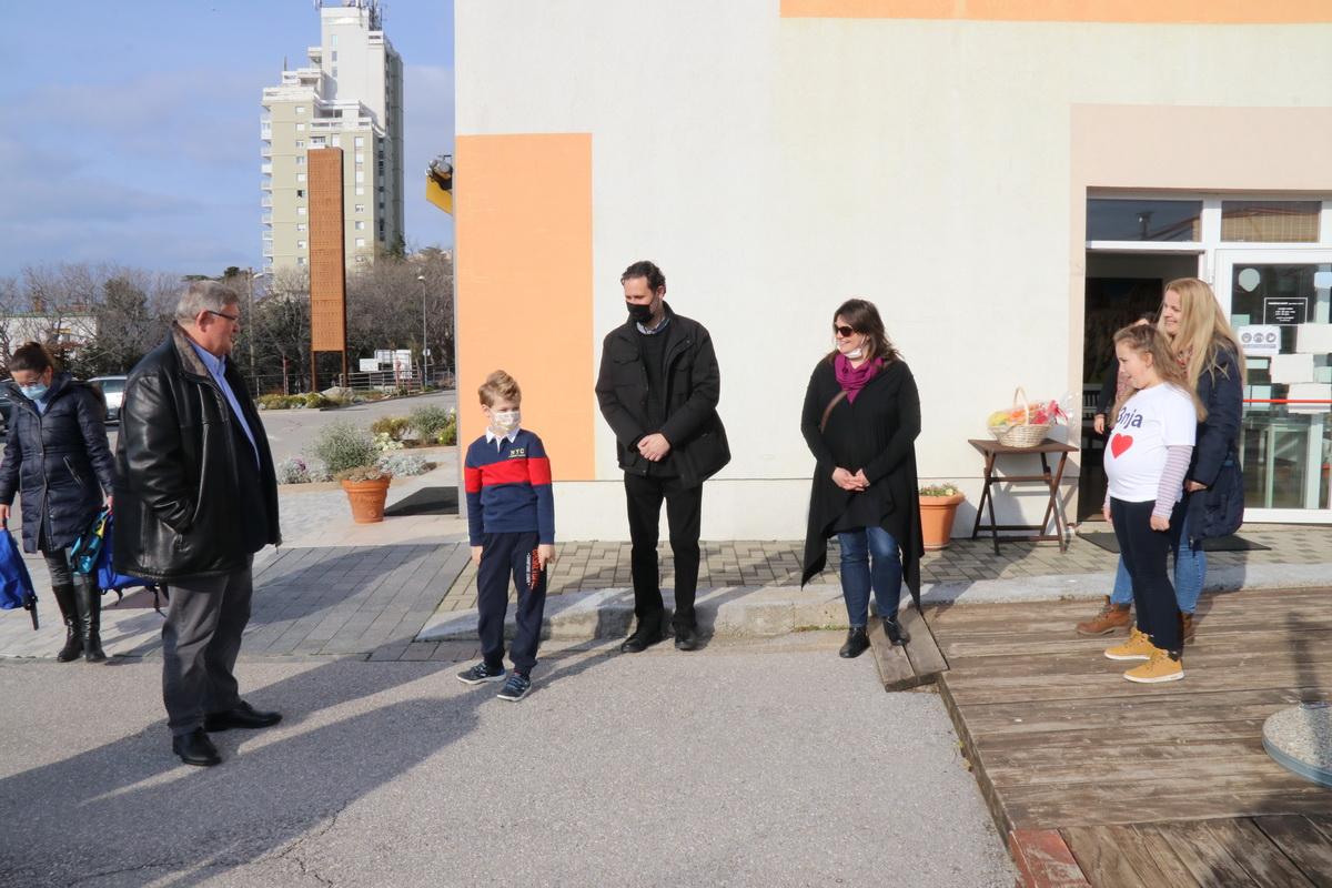 Gradonačelnika je dočekao i petrinjski prvašić Eugen Kezele, koji se Gradu Rijeci već zahvalio pismom