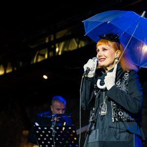 Josipa Lisac ispod prozirnog kišobrana / Foto press Ljeto na Gradini